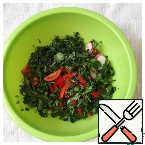 Put the chopped vegetables in a Cup and add the chopped dill and parsley, lettuce.