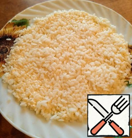 Rice wash and boil. Divide into two parts. One part of mayonnaise and spread on a dish.
