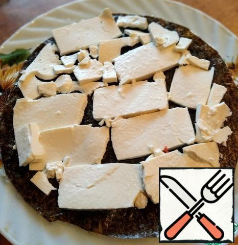 Feta cut into thin plates and put on the nori.