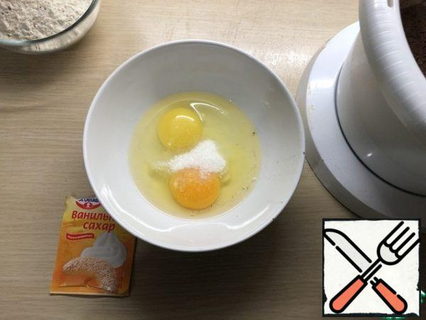 Two eggs lightly whisk with a fork with one bag of vanilla sugar. Gradually pour into the bowl of the mixer. I bring it to a uniform state.