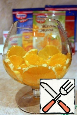 Oranges clean, cut into slices, put on the bottom of the glass.