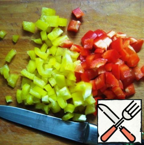 Cut into cubes Bulgarian pepper.