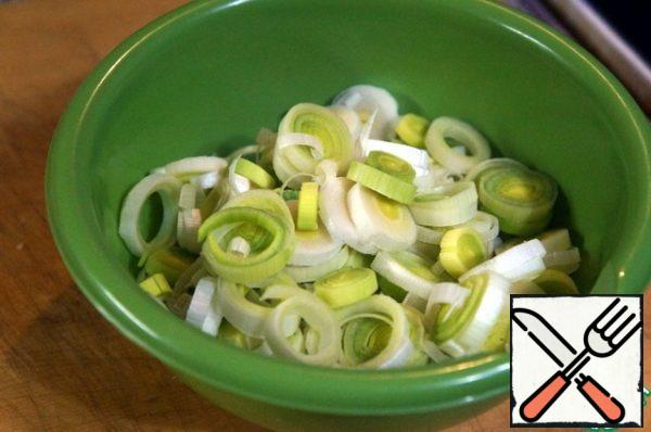 Cut the white part of the leek into rings.