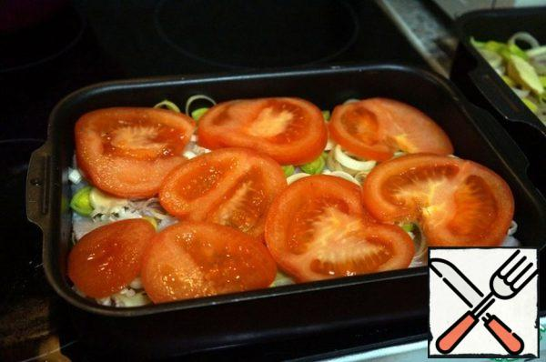Cut the stalk from the tomato (although you can leave it), cut the tomato into circles. Be placed on top of the leeks.