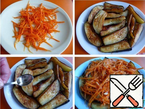 On a plate put a piece of carrot. On top-fried eggplant, pour vinegar. On eggplant put the remains of the carrots.