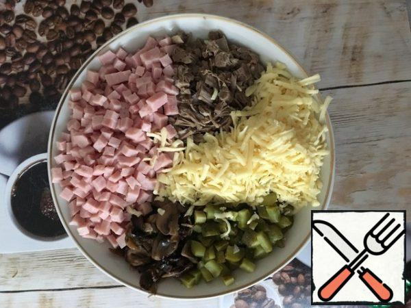 Boil the meat, cut the mushrooms into half rings and fry. Grate the cheese. Cut the onions. Cut the ham. Cut the cucumbers. Put everything on a plate as you have enough imagination.