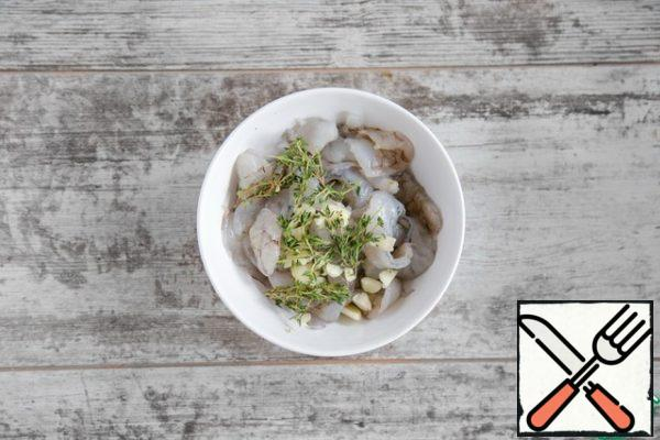 Clean the shrimp from the shell, cut in half along, remove the dark intestinal vein. Salt shrimps, pepper, add minced garlic and thyme leaves, leave to marinate while preparing everything else.