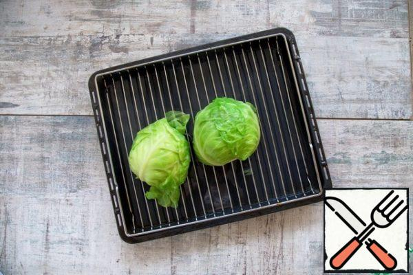 Cut the cabbage head vertically in half and boil the halves in boiling salted water, 20 min. Turn the cut down on the grid and let the water drain, 10 min.