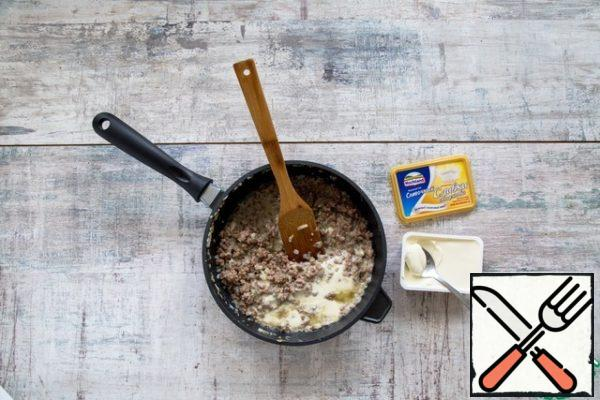 Meanwhile, preheat the oven to 160 °C. Finely chop the onion and garlic, sauté in 2 tbsp butter 5 min. Mix with mince, add the egg and cheese, stir to combine, season with salt and pepper.
