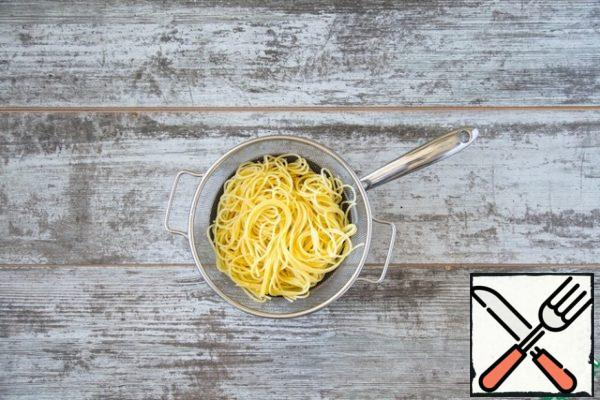 At the same time put to cook spaghetti in a large saucepan of salted boiling water. Cook according to the instructions on the package.