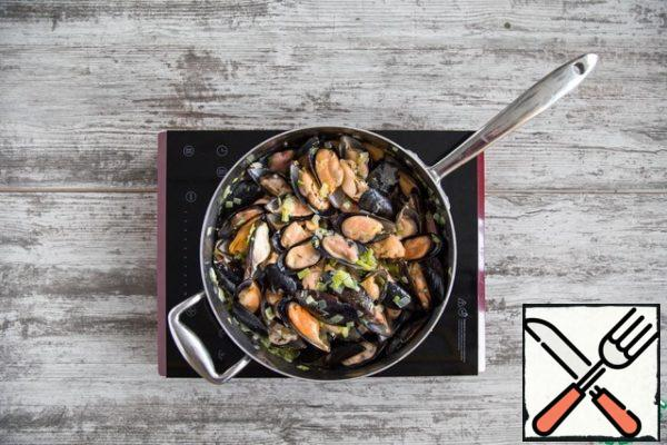 Pour the wine and evaporate a little. Put the mussels, close and cook for 3 minutes.