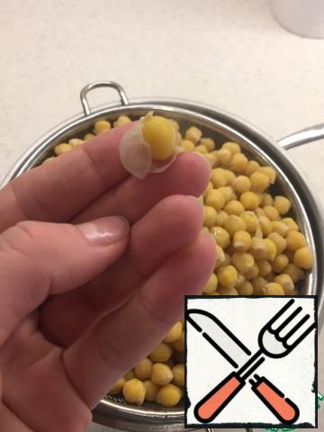 Pour the chickpeas with water overnight. Boil the chickpeas until cooked. Salt during cooking. Chickpeas ready when it is easy to remove the skin, as in the photo.