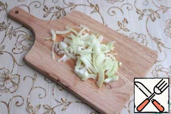 Chop the onions into thin half-rings.