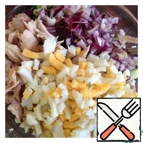 Chop the onion finely, cut the eggs into a small cube, but the chicken can be cut into large enough.