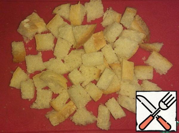 Bread cut into cubes 1-1.5 cm.