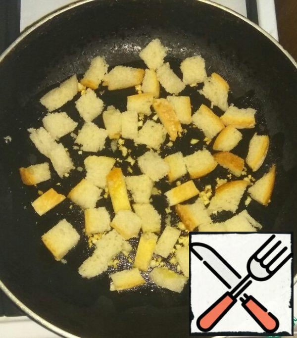 To garlic add sliced bread. Fry the crackers on all sides until Golden brown.