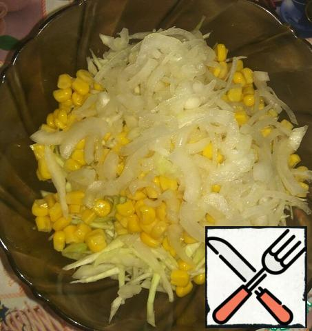 In the salad bowl combine meat, cabbage, sliced onion and canned corn. Sometimes I even grated on a coarse grater carrots, add dill, this time is not added.