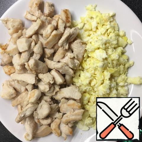 Shift the fried chicken and egg on a plate. Products that require heat treatment are ready.