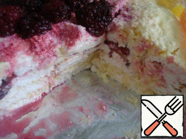 And close it with another layer of marshmallow + lemon cream. For decoration I used blackberries and marmalade slices. Alternatively, you can cut fresh lemon slices, dip in sugar and put as decoration. Let the cake soak in the refrigerator for a couple of hours.