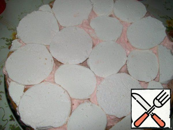Then put sliced into 3 parts marshmallow. To cut it you need a hot knife to the marshmallows did not stick and was well cut. I dipped the knife in boiling water and immediately wiped it with a dry towel.