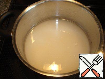 Pour sugar 150 ml water and put on fire. After boiling, cook for 7 minutes.