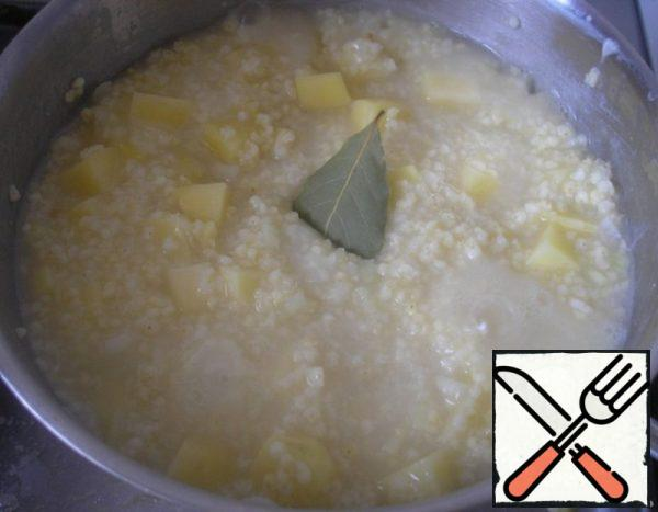 Add potatoes with onions to the millet. To them we send the Bay leaf. Cook for another 10 minutes.
