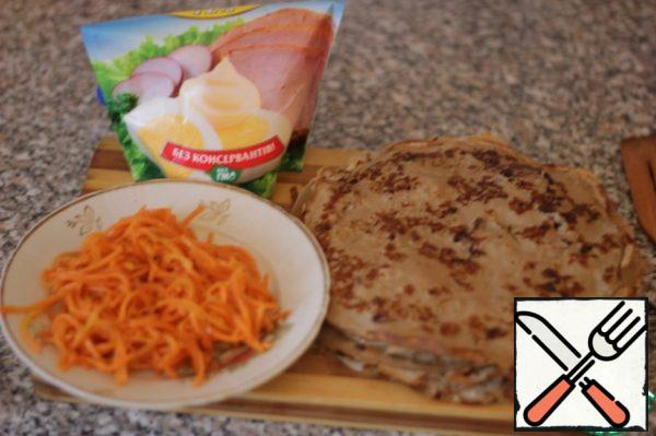 Give the finished pancakes to cool, take the Korean carrot and mayonnaise.