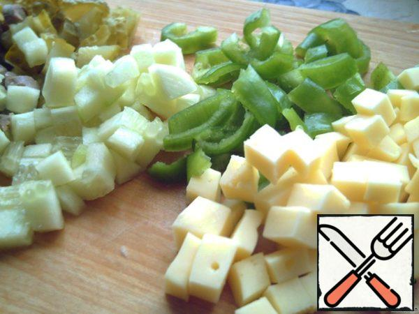 Cut into cubes heart of, choked, a fresh and pickled cucumbers, and pepper cut into larger, stripes!
