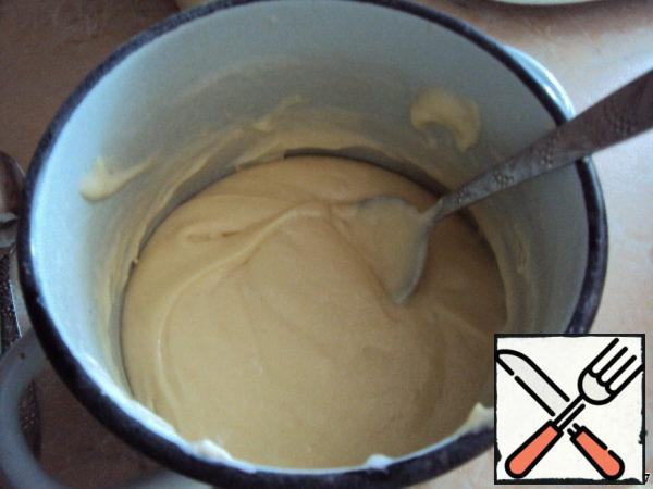 Then put the softened butter, flour and baking powder, whisk again. Separately, beat egg whites until stable peaks. Connect the proteins to the dough and gently mix with a spoon-from top to bottom.
