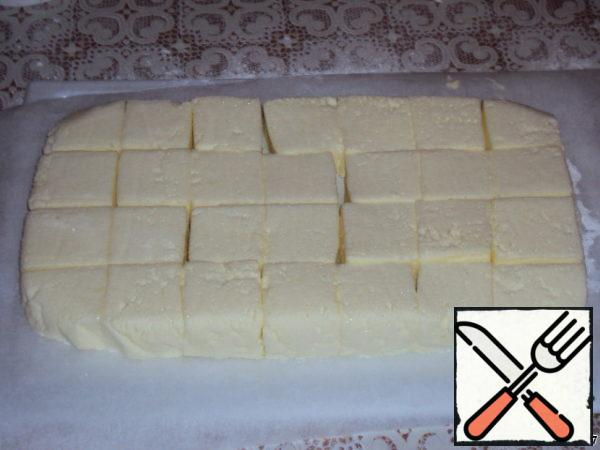 Remove the paper and cut our dessert into cubes. The knife is pre-lubricated with vegetable oil odourless.