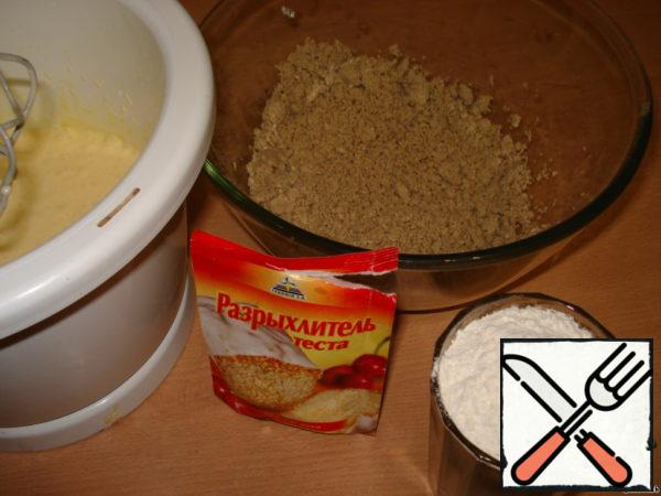 Halva knead, add to the egg mixture. Add flour and baking powder, mix well.