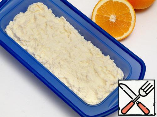 """Put the curd mass in a form for cake (bread), a form of 21*8cm, at the bottom of the form to put baking paper. I had a silicone form, so I did not cover it with anything, from it and so perfectly """"jumped"""" casserole."""