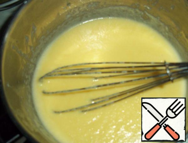 A thin stream to enter into the yolk mass. All beat. On a low heat, boil the cream-yolk mixture for about 10 minutes until it begins to thicken (with constant stirring). Let cool slightly.