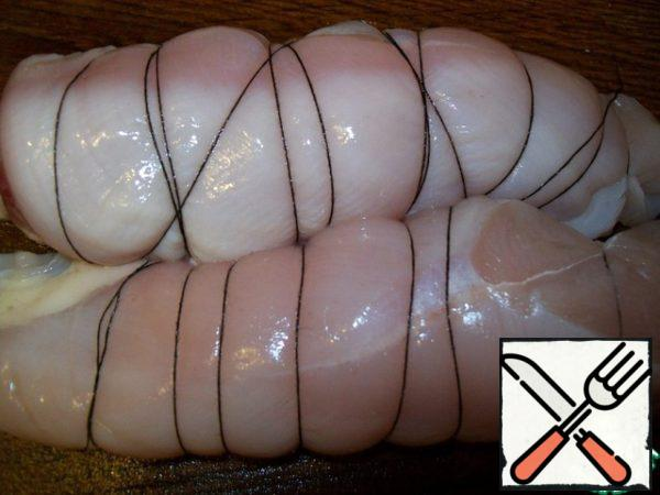 Take out the meat from the solution, dry it, wrapped with thread, so that the fillet is not broke.