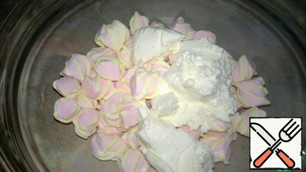 Make pink cream. Spread in a glass bowl 250 grams of mascarpone and 200 grams of pink marshmallow. Put in microwave for 1-2 minutes. Power 800 With a whisk stir quickly until smooth. Add 150 g of milk and mix. Add 2 tsp lemon juice. Our pink cream is ready.