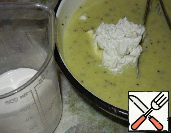 Well whisk the cream and together with sour cream and yogurt mix with a mass of kiwi.