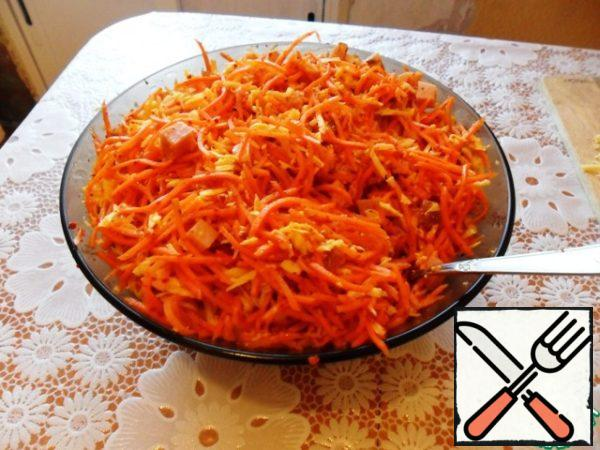 Cheese grate on a coarse grater, cut the pork cubes and mix everything with carrots.