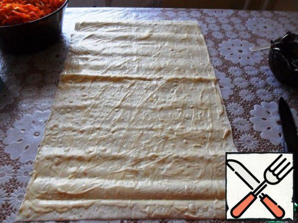 Pita bread greased with mayonnaise. If lavash is long, then cut it in half, and it will be too thick.