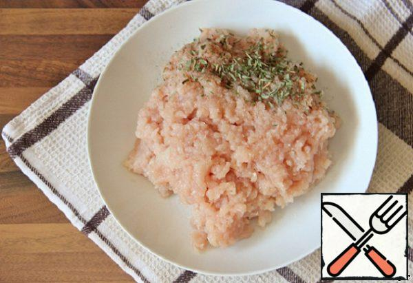 Mix chicken minced meat with thyme, salt and pepper.