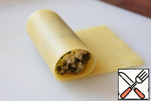 Roll into a tube. Repeat this step until you run out of lasagna sheets and minced meat.