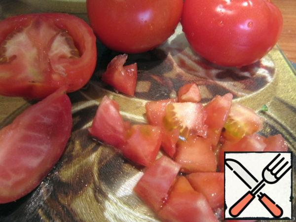Carrots boiled and cut into cubes, also chop the tomatoes. Mix with carrots.