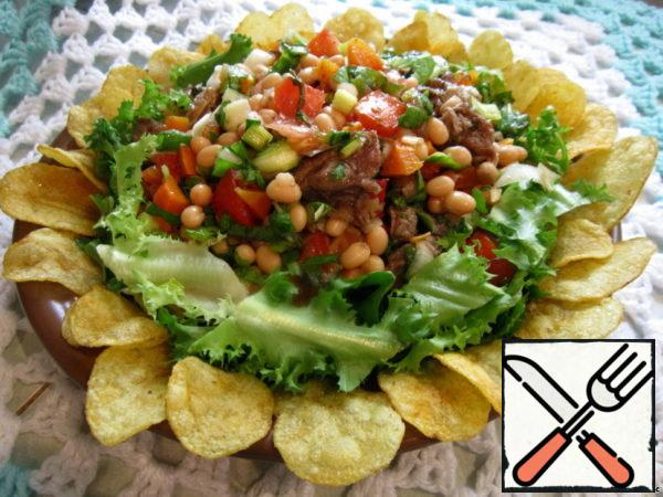 On sheets spread the meat and vegetable mixture. Before serving, spread the chips in a circle.