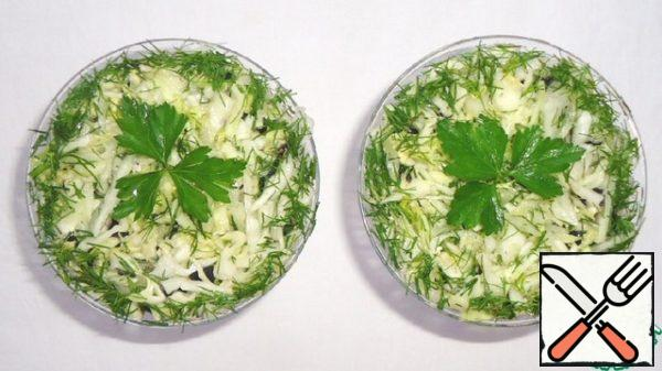 Sprinkle the salad with dill and garnish with parsley.