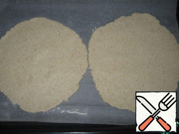 Take a piece of dough and roll it out thinly (about 0.3 cm thick).