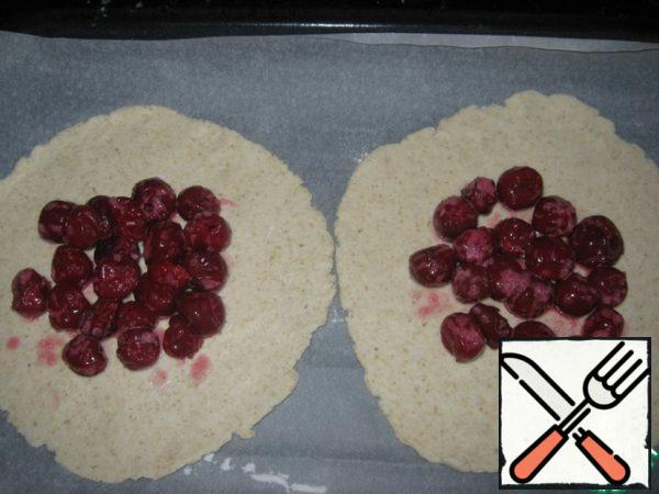 On the rolled out cakes closer to the center spread the filling, leaving room for bends, about 3-4 cm.