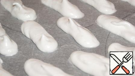 The rest of the meringue is deposited in the form of sticks (very similar to a custard cake, only shorter) 7 cm long.