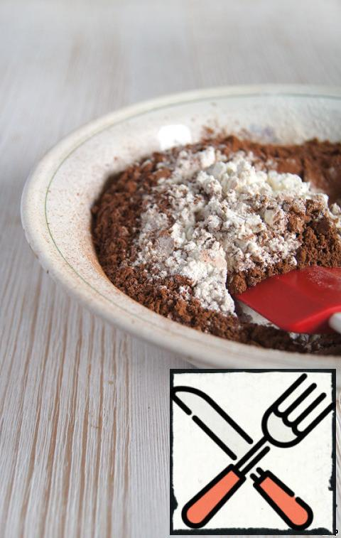 In a bowl sift and mix flour, cocoa powder, salt and baking powder. Last I always cook on their own, the quality of purchased baking powder, alas, leaves much to be desired. In order to obtain a high-quality and reliable baking powder, you only need to mix two parts of baking soda and citric acid and one flour and starch. Sift the mixture and use on prescription. Recently caught citric acid crystals downright giant! Had to further grind in a mortar.