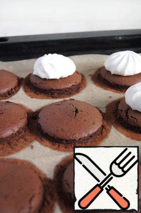 "With a glass of the right diameter, I cut off the excess. ""Trim"" subsequently went to dessert with fresh berries, mascarpone and whipped cream. And the workpiece to put half of marshmallow, pressing down slightly with your hand. Baking with cakes again put in the oven for a couple of minutes."