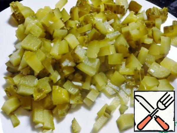 Cucumbers and garlic are finely chopped, eggs to boil.