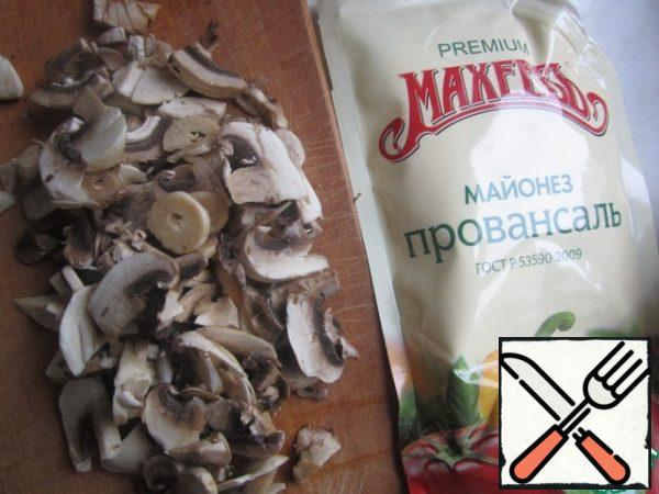 Cut the mushrooms thin slices, stew until tender, season with salt.